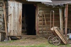 Oude karkosten tegen een loods Stock Foto