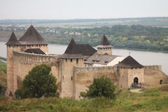 Oude kasteel en rivier in Khotyn-stad, de Oekraïne Royalty-vrije Stock Foto's