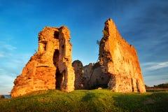 Oude kasteelruïnes in zonsonderganglicht Royalty-vrije Stock Afbeeldingen