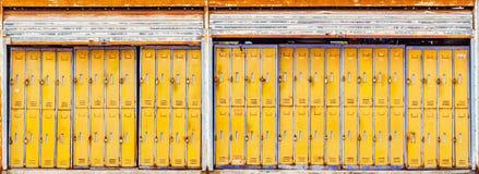 Oude Kasten in busstation stock fotografie