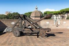Oude katapult in het vestingsbastion op Engelen` s Kasteel, Rome stock afbeeldingen