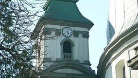 Oude kathedraal met een klok op het stock videobeelden
