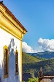 Oude katholieke kerk van de 18de eeuw met heuvels en horizon royalty-vrije stock foto