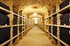 Oude kelder van de wijnmakerijflessen wijn in de toekomstige Reusachtige waren Royalty-vrije Stock Foto's