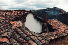 oude keramische tegels op een traditioneel huis met het kleine schoorsteen roken stock afbeelding