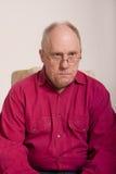 Oude Kerel in Rood Overhemd dat Nadenkend kijkt Stock Afbeeldingen