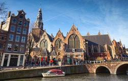 Oude kerk 运河海岸的老教会在阿姆斯特丹 库存照片