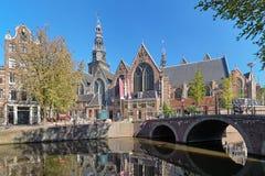 Oude Kerk in Amsterdam, Nederland Stock Afbeeldingen