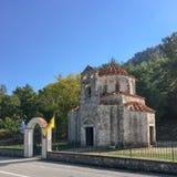 Oude kerk in de weg voor de bovenkant van de berg, orthodoxe te bidden plaats stock foto's
