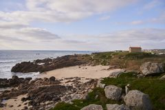 Oude kerk die het rotsachtige strand overzien stock foto