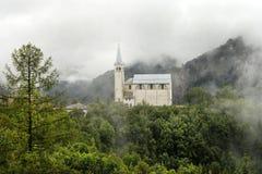 Oude kerk in Dolomietbergen stock foto's