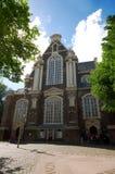 Oude Kerk en Amsterdam Imagenes de archivo