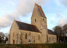 Oude kerk en begraafplaats in Frankrijk stock foto