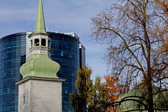 Oude kerk en een modern stadscentrum royalty-vrije stock afbeeldingen