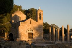 Oude kerk en ruïnes op zonsondergang Stock Fotografie