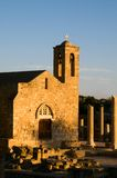 Oude kerk en ruïnes tegen blauwe hemel Royalty-vrije Stock Foto