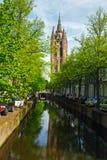 Oude Kerk, gammal kyrka av delftfajans och kanalen Royaltyfri Foto