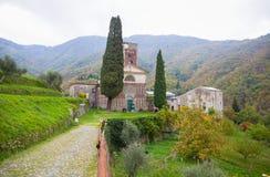 Oude kerk in het dorp in het heiligdom van de herfstitalië/heilig/gelovige godsdienst royalty-vrije stock afbeeldingen