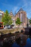 Oude Kerk, iglesia vieja de la cerámica de Delft y del canal Imagen de archivo