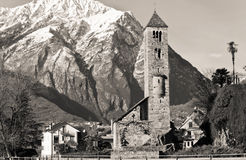 Oude kerk met Alpen Stock Foto
