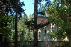 Oude kerk met een begraafplaats stock afbeelding