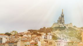 Oude kerk met gouden standbeeld op dak, aardige stad bij heuvelbodem, timelapse stock videobeelden