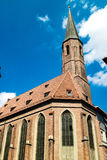 Oude kerk met lange torenspits of klokketoren Royalty-vrije Stock Afbeelding