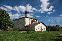 Oude kerk onder duidelijke hemel Stock Afbeelding