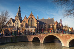Oude kerk op de kanaalkust in Amsterdam Stock Afbeeldingen