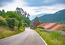 Oude kerk op de Manier van St James Bedevaart over Spanje, Europa Camino DE Santiago, camino del Norte stock foto's