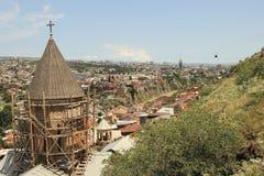Oude kerk op de wederopbouw van de Oude Stad in Tbilisi, Georgië Stock Fotografie