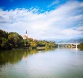 Oude Kerk op Rivierbank Slovenië, Europa Stock Afbeelding