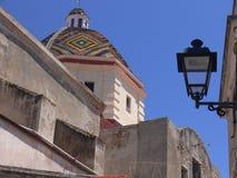 Oude kerk in Sardinige met mooi kleurrijk overkoepeld dak stock afbeelding