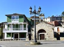 Oude kerk, steen dwars, groene huis en straatlantaarn San Lazaro Chapel, Verin, Orense Spanje stock afbeelding