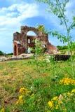 Oude kerkruïnes in de zomeraard stock afbeelding