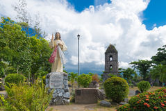 Oude kerkruïnes met het beeldhouwwerk van Jesus Stock Afbeelding