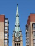 Oude kerktorenspits en gebouwen Stock Foto