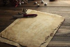Oude Kerstkaart, document op rustiek hout Stock Afbeeldingen