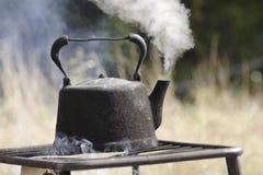 Oude ketel die in openlucht kookt Royalty-vrije Stock Afbeelding