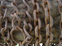 Oude kettingen op het hout stock foto