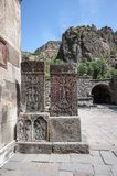 Oude khachkars in de binnenplaats van Geghard-klooster Royalty-vrije Stock Afbeeldingen