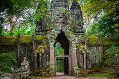 Oude Khmer architectuur Verbazende mening van Bayon-tempel bij zonnen stock afbeeldingen