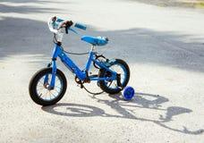Oude kinderen` s fiets stock fotografie