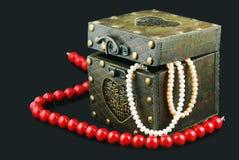 Oude kist met juwelen Royalty-vrije Stock Foto's
