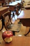 Oude klaslokaal en appel Royalty-vrije Stock Foto's