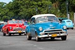 Oude klassieke Amerikaanse auto's in de straten van Havana Stock Foto's
