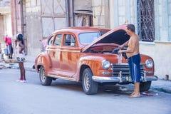 Oude Klassieke Auto in Cuba Stock Afbeeldingen