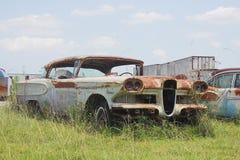 Oude klassieke auto's en vrachtwagens in Dickerson Texas stock afbeelding