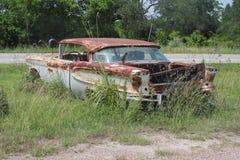Oude klassieke auto's en vrachtwagens in Dickerson Texas stock foto's