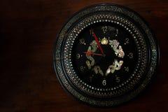 Oude klassieke klok met houten achtergrond het ontwerp van de luxetextuur royalty-vrije stock foto's